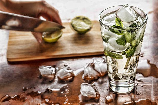 Zawsze miej w pracy pod ręką butelkę lub szklankę wody