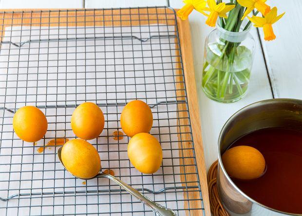 Na żółty kolor można zabarwić jajka za pomocą kurkumy