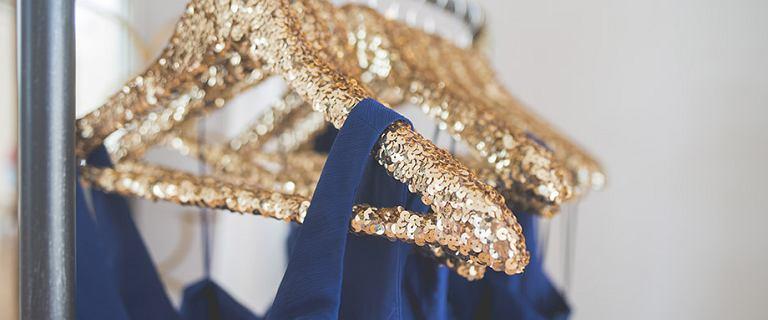 Granatowa sukienka - klasyczna propozycja na różne okazje