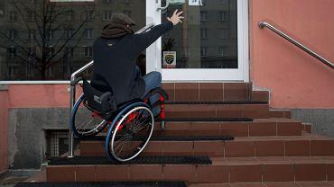 Fundacja Polska Bez Barier pokazuje konkretne miejsca w Warszawie nieprzyjazne dla osób niepełnosprawnych