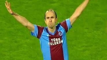 Adrian Mierzejewski cieszy się z pięknego gola w Lidze Europy