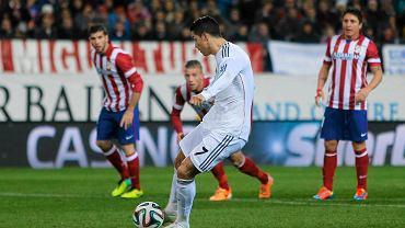 Cristiano Ronaldo strzela bramkę z rzutu karnego w meczu z Atletico