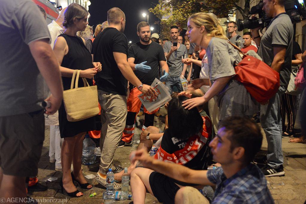 Protest pod Pałacem Prezydenckim przeciwko zmianom w sądownictwie i podpisaniu ustawy sądowej przez Andrzeja Dudę