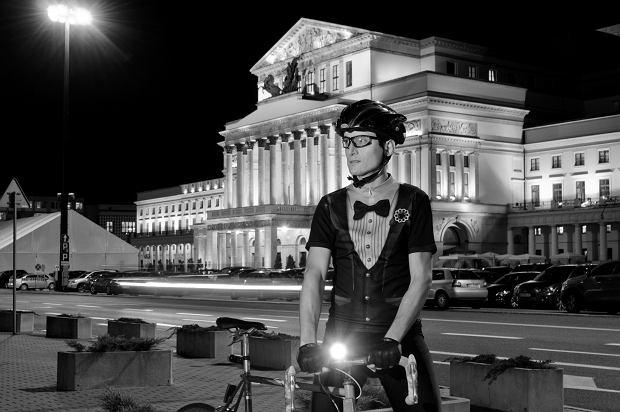 Tadeusz Baranowski, założyciel grupy Nocny Rower, w swoim wieczorowym stroju rowerowym
