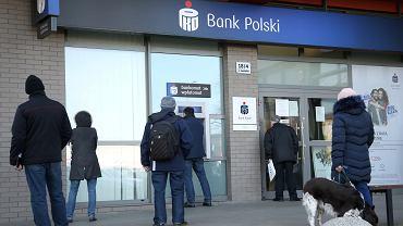 Szczecin, kolejka do banku PKO BP w czasie epidemii koronawirusa.
