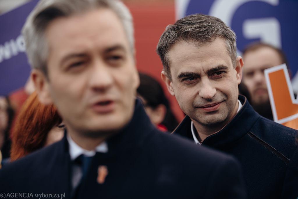 Sekretarz zarządu partii Wiosna Krzysztof Gawkowski (z tyłu) i Robert Biedroń