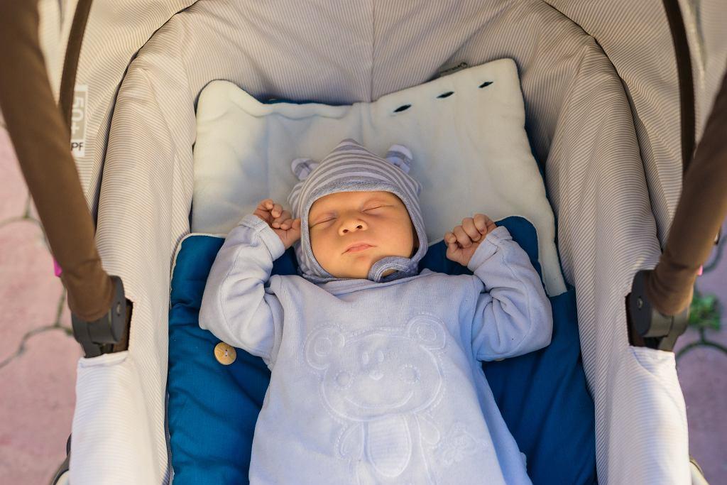 Jak ubrać 4-miesięczne dziecko wiosną? Niezbędna będzie czapka i kocyk. Zdjęcie ilustracyjne, Vladislav Lazutin/shutterstock.com