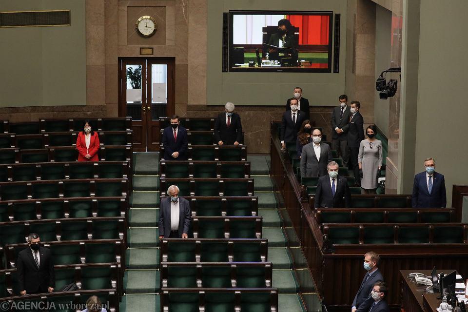 Posłowie na sali plenarnej (większość parlamentarzystów, w dobie pandemii koronawirusa pracuje zdalnie). 11. posiedzenie Sejmu IX Kadencji. Warszawa, 29 kwietnia 2020
