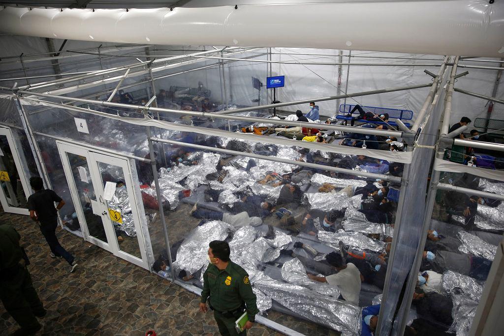 USA. Tysiące migrantów przekracza granicę, ośrodki są przeciążone. 'Joe Biden stworzył ten kryzys'