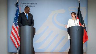Lloyd Austin, sekretarz obrony Stanów Zjednoczonych i  Annegret Kramp-Karrenbauer, niemiecka minister obrony podczas konferencji w Berlinie
