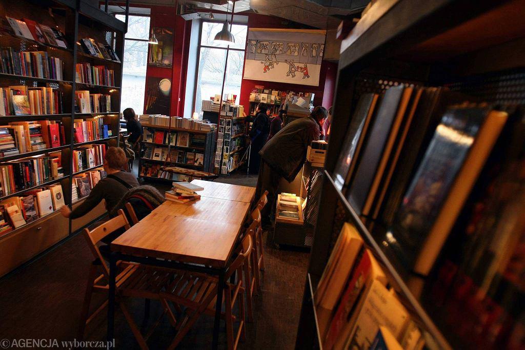 Czuły Barbarzyńca był pierwszą w Warszawie księgarnio-kawiarnią. Niedawno jednak ten lokal został zamknięty