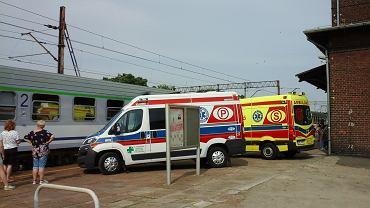 Na stacji w Pleszewie ratownicy udzielali pomocy pasażerowi pociągu TLK 'Gwarek'.