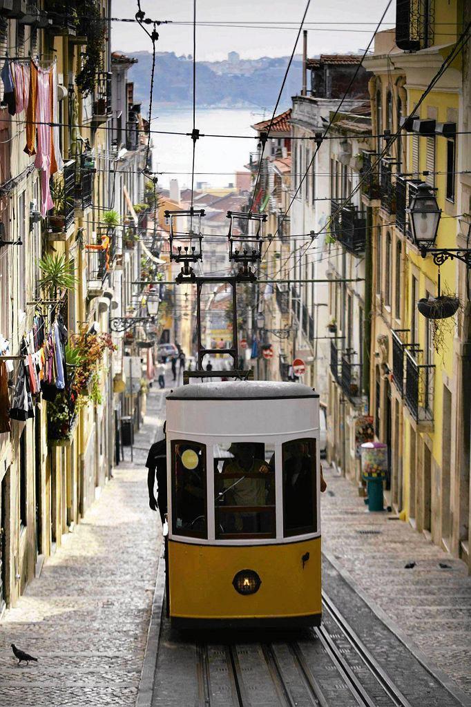 Jeżdżąca wąskimi, stromymi uliczkami zabytkowa kolejka elektryczna to jedna z atrakcji turystycznych Lizbony.