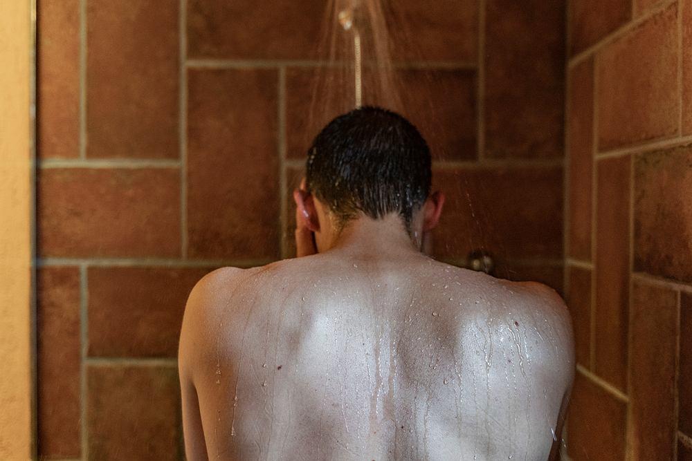 29-letni mężczyzna w Anglii brał prysznic w soczewkach kontaktowych. Złapał poważną infekcję oka, przez co stracił w nim wzrok