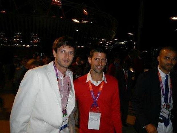 Novak Djokovic robi sobie zdjęcie z Michałem Winiarskim