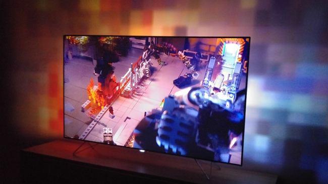 Philips AmbiLux - 9 projektorów za telewizorem i ściana pełna światła