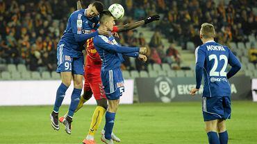 Hebert i Marcin Pietrowski w powietrznym pojedynku z Pape Diawem - mecz Korona Kielce - Piast Gliwice
