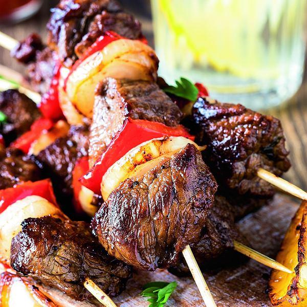Podobny szaszłyk przygotujecie z drobiu lub wieprzowiny, np. karkówki