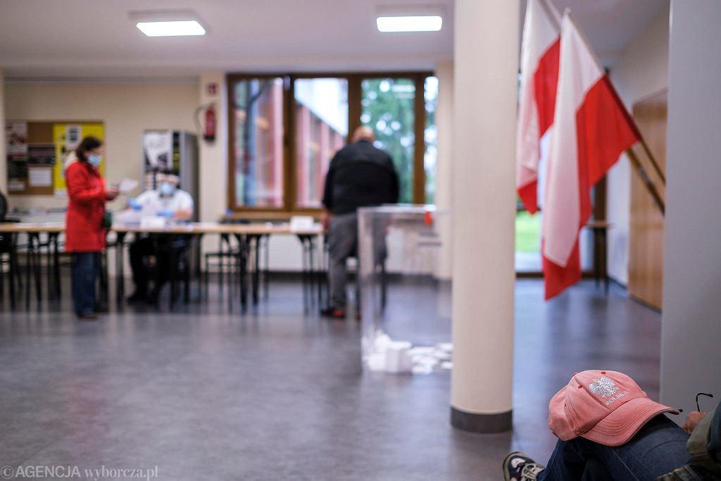 II tura wyborów prezydenckich 2020. Rzeszów, ul. Szopena. Zespół Szkół Muzycznych nr 3. Obwodowa Komisja wyborcza nr 41. Godzina 7.40