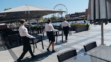 Pracownicy hotelu Hilton przygotowują ogródek restauracyjny