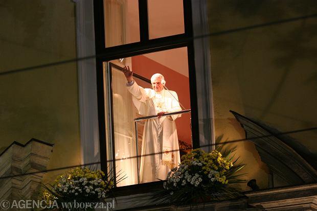 Benedykt XVI w czasie wizyty w Polsce w 2006 roku. Witał wiernych z tzw. papieskiego okna w Krakowie