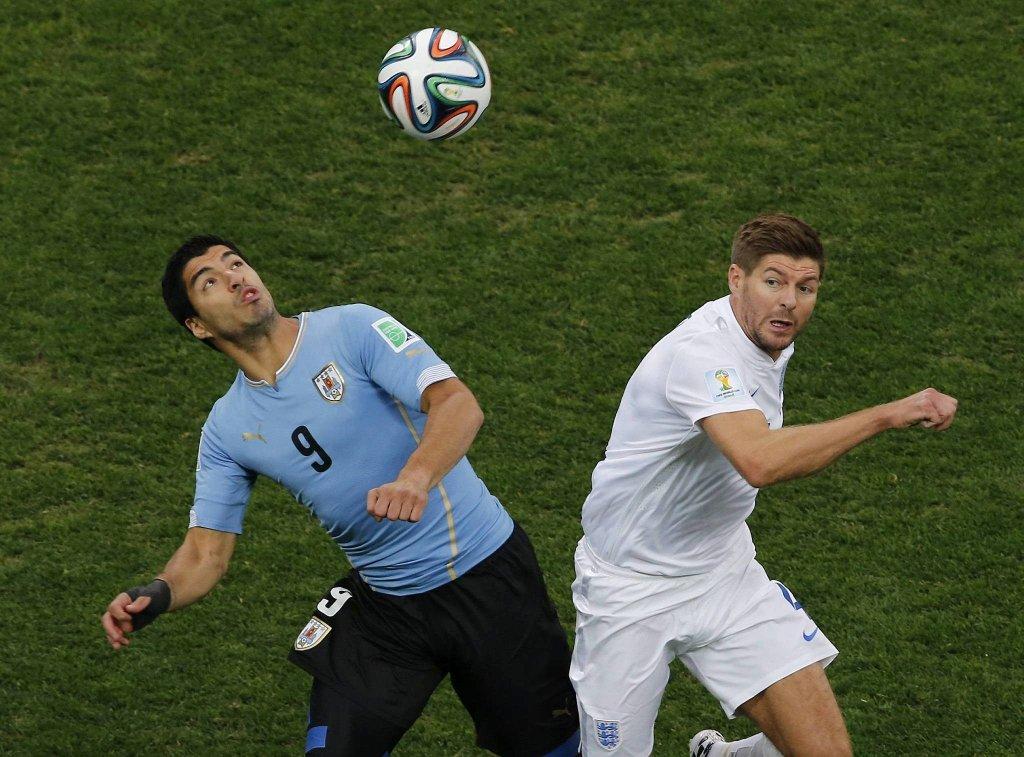 Steven Gerrard walczy z Luisem Suarezem
