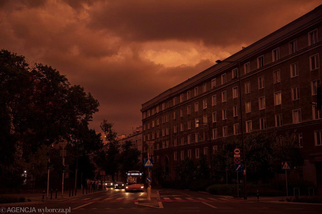 Niezwykłe zjawiska pogodowe nad Warszawą. Skąd wzięło się pomarańczowe niebo i chmury-bąbelki?