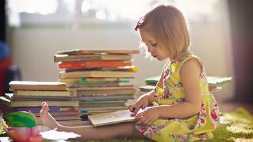 Książki do nauki czytania pozwolą przygotować dziecko do dalszej nauki w szkole. Zdjęcie ilustracyjne