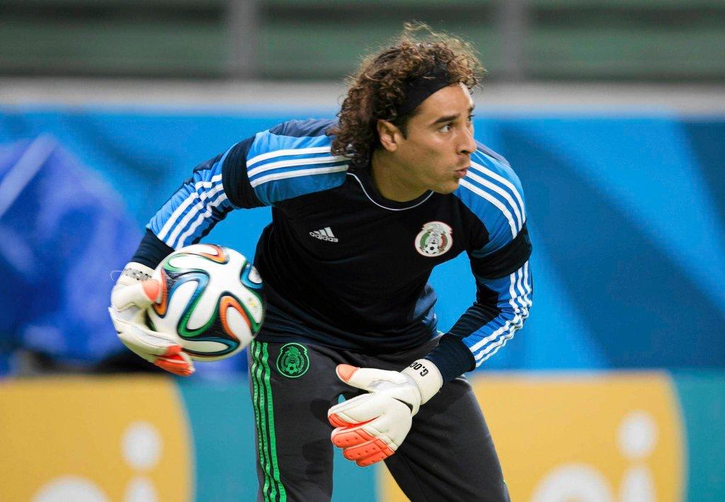 <b>Guillermo Ochoa</b> może być fetowany na boisku, ale do transferu do dobrego klubu brakuje mu jeszcze pewnie wizyty u fryzjera