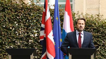 Premier Luksemburga Xavier Bettel na konferencji prasowej. Obok puste miejsce przygotowane dla Borisa Johnsona.