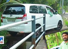 Indyjski kierowca jest mistrzem parkowania. Jeśli się pomyli, będzie musiał kupić nowe auto [WIDEO]