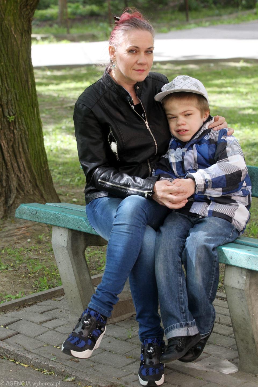 Jolanta Szcześnik z synem Mariuszem. Dziesięciolatek ma mukopolisacharydozę. Dzięki intensywnej rehabilitacji na turnusie znowu chodzi