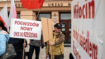 Pikieta zainteresowanych włączeniem do miasta mieszkańców sołectw Pogwizdów Nowy i Miłocin, która odbyła się w marcu 2018 roku pod urzędem wojewódzkim w Rzeszowie