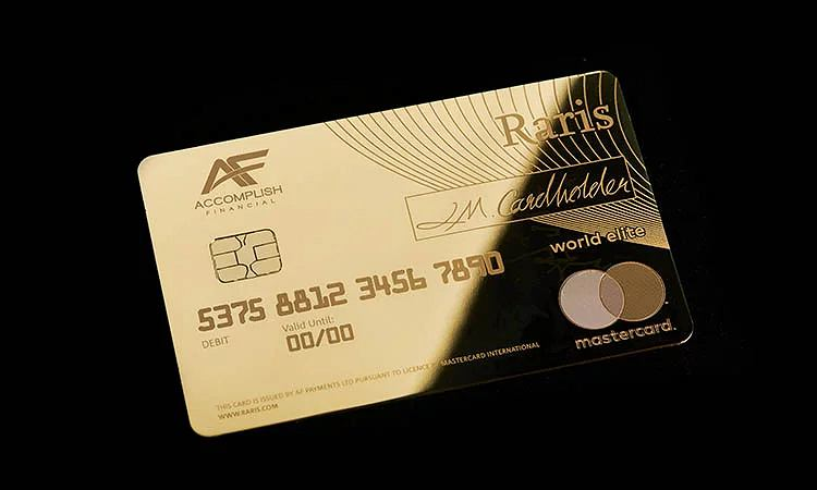 Karta płatnicza zrobiona ze złota