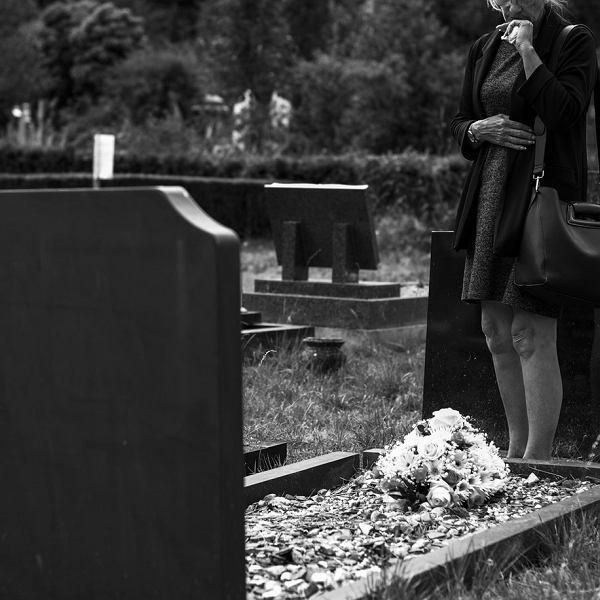 Czy na cmentarzu należy wyciszyć telefon?
