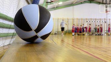 Nie każdy rodzic wie, że piłka do koszykówki dla dzieci różni się rozmiarem od tej dla dorosłych