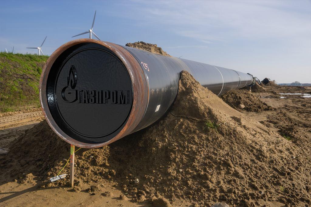 Volgast, Niemcy, konstrukcja rurociągu Nord Stream 2, na zdjęciu logo Gazpromu.