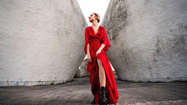 sukienka z marszczeniem, zdjęcie ilustracyjne