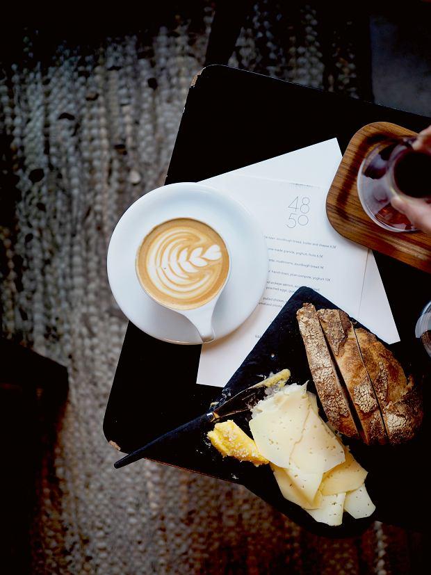 Amsterdam, pełno tu kawiarni zwyśmienitym pieczywem iciastkami