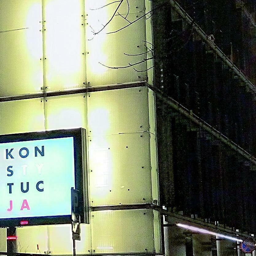 Nokia: widoczne detale paneli na ciemnej ścianie i poprawnie naświetlony baner