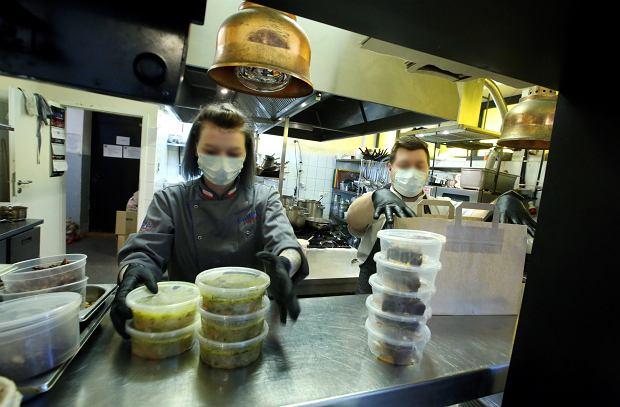 Branża gastronomiczna ratuje się dostawami domowymi. Na razie podaż na dostawy jest dużo większa niż popyt na nie (fot: Kuba Atys/ Agencja Gazet)