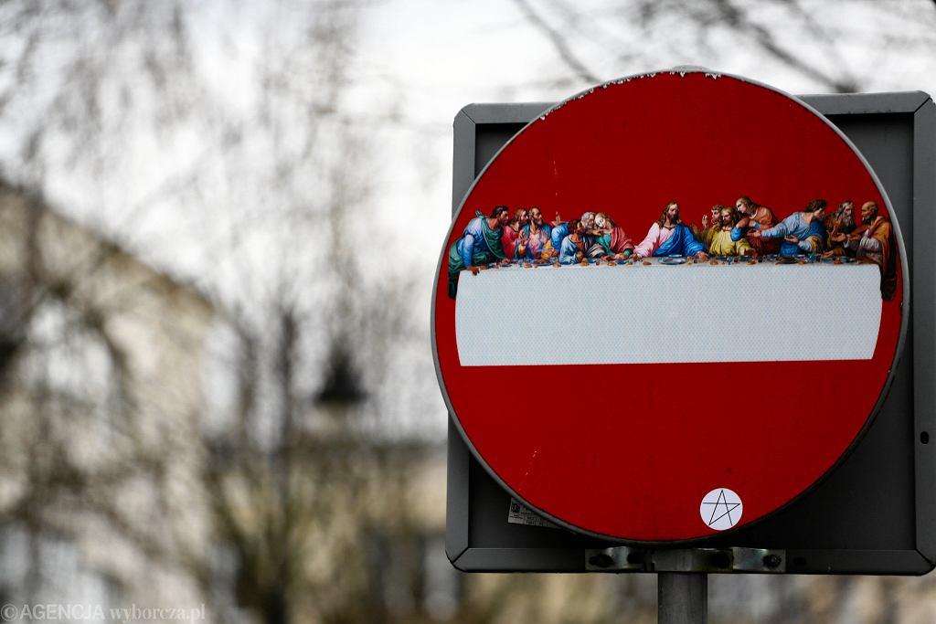 'Ostatnia wieczerza' na znakach drogowych w Warszawie