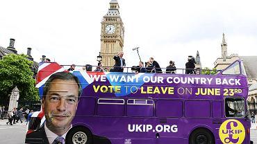Autobus zwolenników Brexitu przed Pałacem Westminsterskim