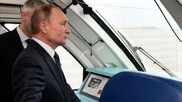 Władimir Putin jadący pociągiem na Krym nowo otwartym mostem.