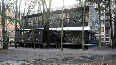 Warszawa. Pawilon z lat 70., w którym działał klub Syreni Śpiew, w tle ośmiopiętrowy budynek dawnego partyjnego hotelu, na miejscu którego ma powstać apartamentowiec