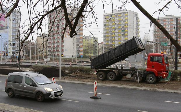 Zdjęcie numer 26 w galerii - Finiszują roboty na pl. Niepodległości, jeszcze ekrany akustyczne i chodniki