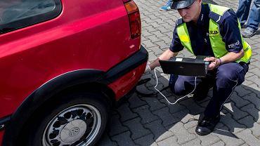 W Małopolsce skontrolowano w listopadzie 300 aut. 110 kierowców zostało ukaranych za jakość spalin. Na zdjęciu: policyjna kontrola jakości spalin w Krakowie, 15 maja 2015 r.
