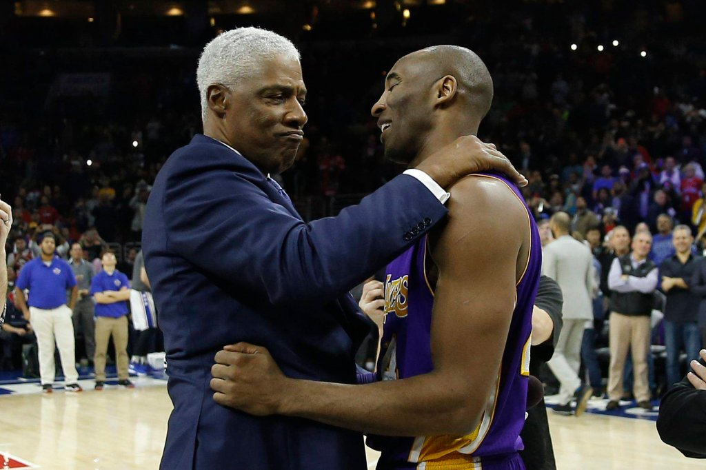 Julius Erving, były wybitny gracz Philadelphia 76ers, gratuluje Kobe Bryantowi