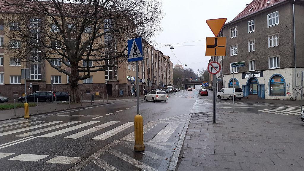 Skrzyżowanie ulic Naruszewicza (z lewej) i Kołłątaja. Zmieniło się tu pierwszeństwo