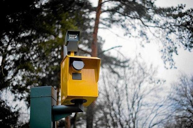 Tylko w Warszawie 27 fotoradarów zostało szczelnie zaklejonych czarną folią.